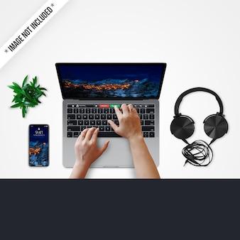 Technologie-modell mit den händen, die laptop verwenden