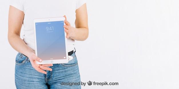 Technologie-modell mit der frau, die tablette hält