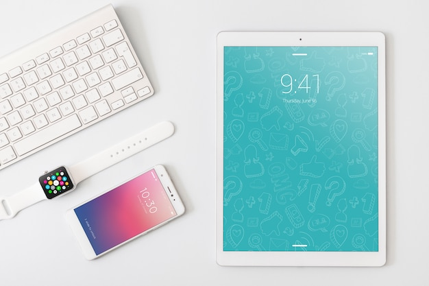 Technologie- und arbeitsplatzmodell mit tablette