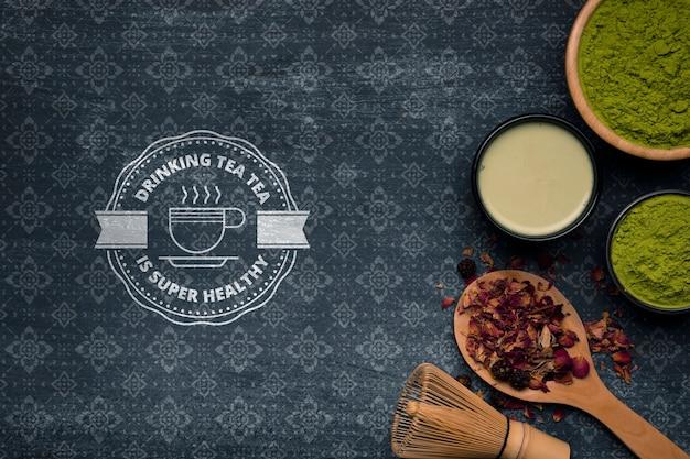 Tee und teepulver auf dem tisch