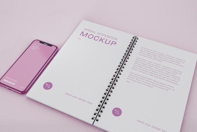 Telefon mit spiral notebook mockup