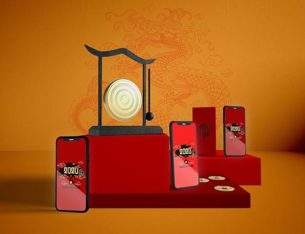 Telefone verspotten oben auf chinesischem hintergrund des neuen jahres