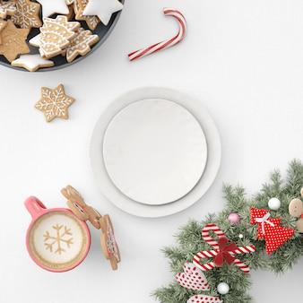 Teller, kekse und heiße schokolade auf weihnachtstisch
