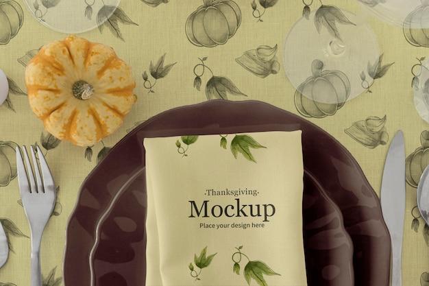 Thanksgiving-tischanordnung mit teller und kürbis