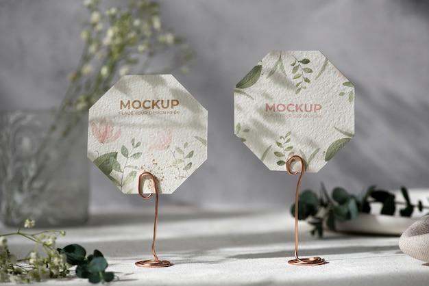 Tischaufsteller mit floralem papierkartenmodellock