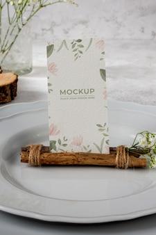 Tischdisplay-modell mit floraler papierkarte