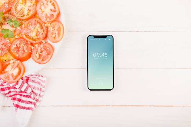 Tomaten auf teller und smartphone