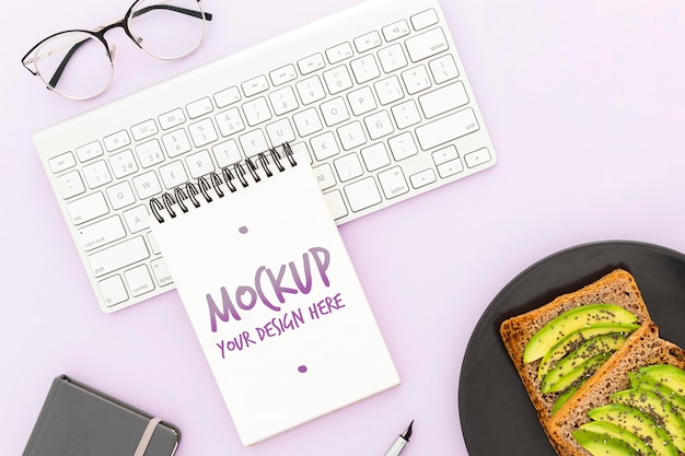 Top view desk mit avocado-toast und agenda-modell