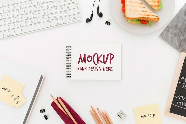Top view desk mit sandwich und agenda-modell
