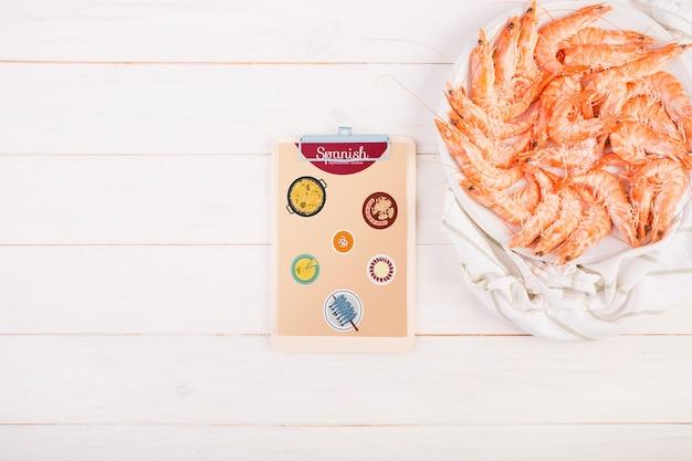 Traditionelles spanisches nahrungsmittelmodell mit klemmbrett