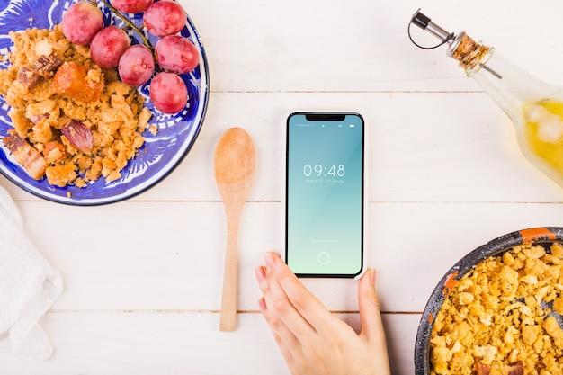 Traditionelles spanisches nahrungsmittelmodell mit smartphone