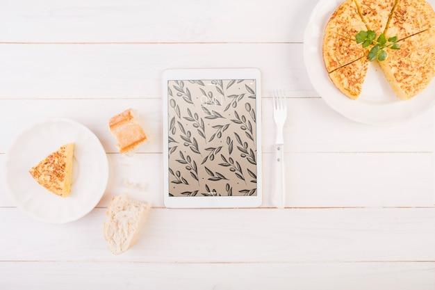 Traditionelles spanisches nahrungsmittelmodell mit tablette