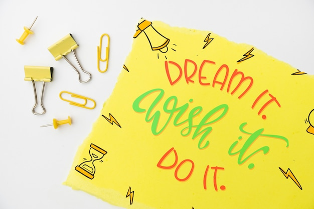 Träumen sie es, wünschen sie es, zitieren sie es auf draufsicht des gelben papiers