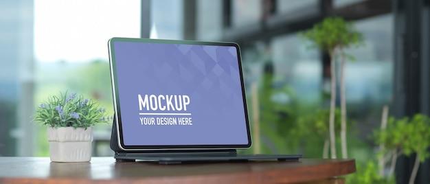 Tragbarer arbeitsbereich mit laptop und blumentopf auf holztisch