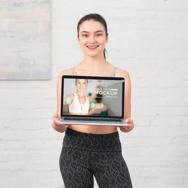 Trainer hält ein laptop-modell
