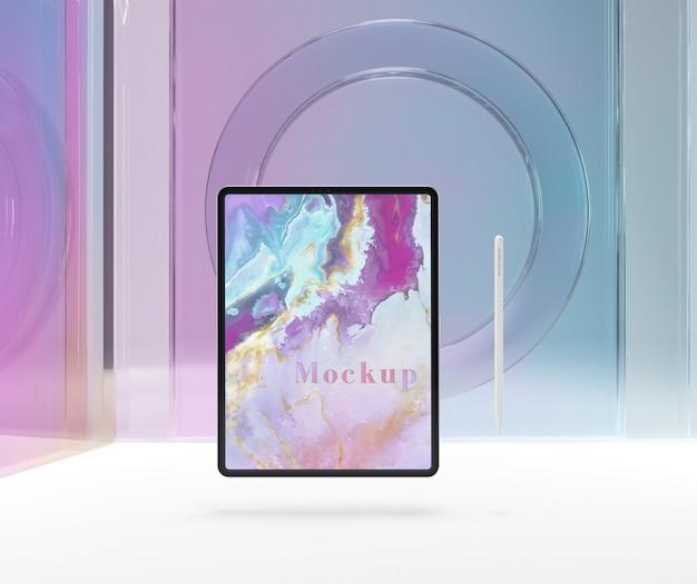 Transparentes glas mit tablettgerät