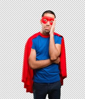 Trauriger superheld posiert