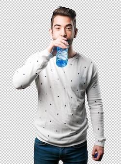 Trinkwasser des jungen mannes