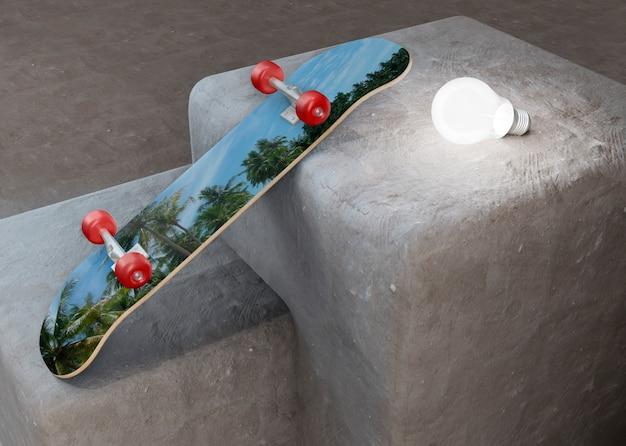 Tropisches designskateboard, das auf treppe legt
