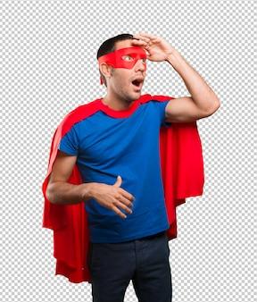 Überraschter superheld mit suchgeste
