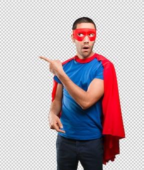 Überraschtes superheld zeigen