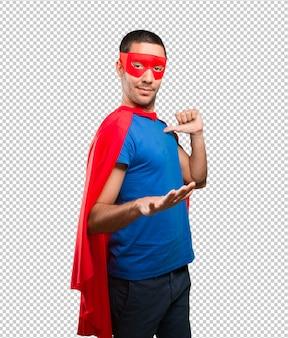 Überzeugter superheld mit ruhiger geste
