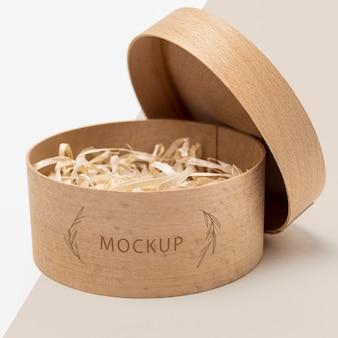 Umweltfreundliche verpackung mit papierschnitzel im modell