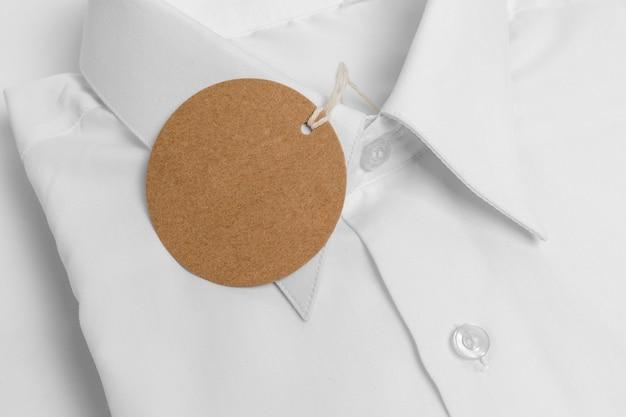 Umweltfreundliches preisschild auf formellem hemdmodell