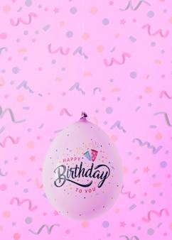 Unbedeutende ballone mit unscharfem konfettihintergrund