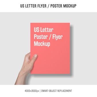 Us-brief-flyer oder poster-modell mit hand hält es