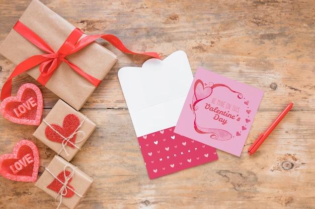 Valentinsgrußkartenmodell mit zusammensetzung von gegenständen