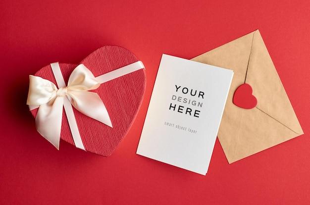 Valentinstagskartenmodell mit umschlag und herzgeschenkbox