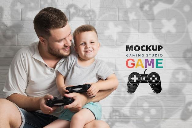 Vater und kind spielen zusammen videospiel