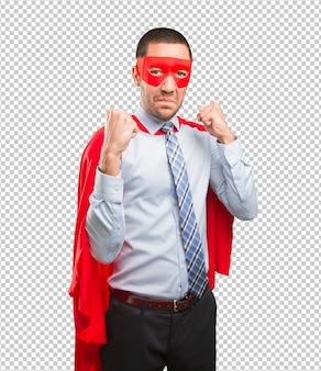 Verärgerter supergeschäftsmann, der eine kampfgeste tut