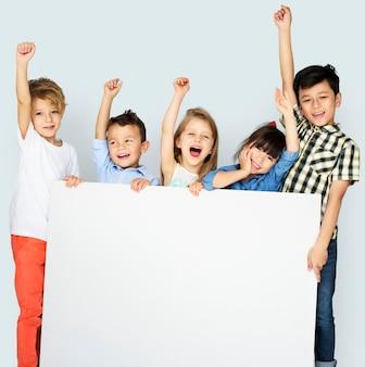 Verschiedenartigkeits-kinder, die fahnen-vorstand zeigen