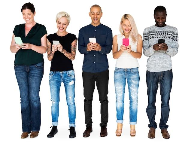Verschiedenartigkeitsgruppe leute, die smartphone und verbindung verwenden