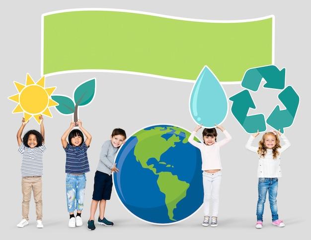 Verschiedene kinder verbreiten umweltbewusstsein