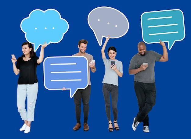 Verschiedene social media-leute, die spracheblasesymbole halten