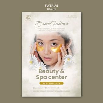 Vertikale flyer-vorlage für beauty und spa mit frauen- und kamillenblüten