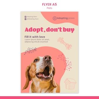 Vertikale flyer-vorlage für die adoption von haustieren mit hund