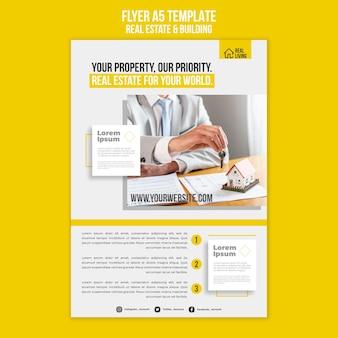 Vertikale flyer-vorlage für immobilien und gebäude