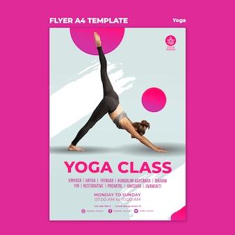 Vertikale flyer-vorlage für yoga-klasse mit frau