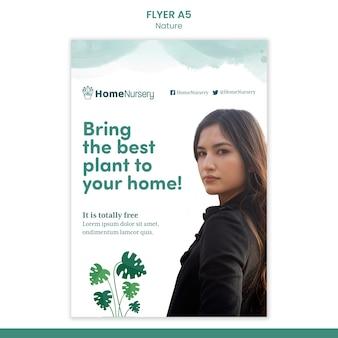 Vertikale flyervorlage für zimmerpflanzenpflege mit frau