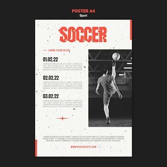 Vertikale plakatschablone für fußball mit spielerin
