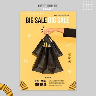 Vertikale plakatschablone für großen verkauf mit frau, die einkaufstaschen hält