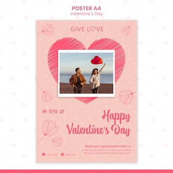 Vertikale plakatschablone für valentinstag mit foto des paares