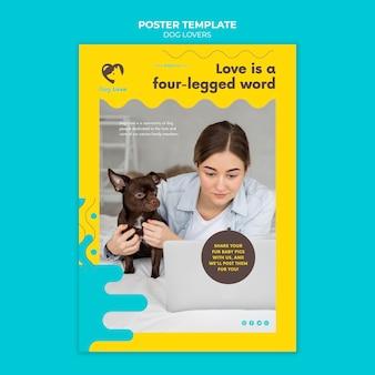 Vertikale plakatvorlage für hundeliebhaber mit weiblichem besitzer