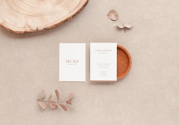 Vertikale visitenkarten und organische objekte für eine elegante branding-präsentation