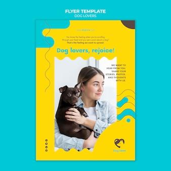Vertikaler flyer für hundeliebhaber mit weiblicher besitzerin