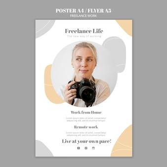 Vertikales plakat für freiberufliche arbeit mit fotografin